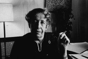 Hannah Arendt em seu apartamento em Manhattan, 1972. Foto: Tyrone Dukes/NYT