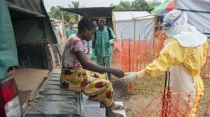 Médicos usam equipamentos para evitar contaminação (Foto: BBC/MSF).