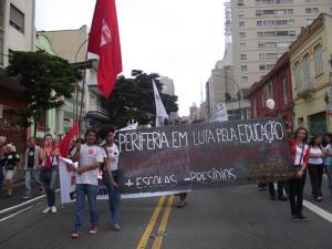 A greve se estende enquanto o governo estadual não aceita nenhuma negociação plausível com os professores. Foto: APEOESP Guarulhos.